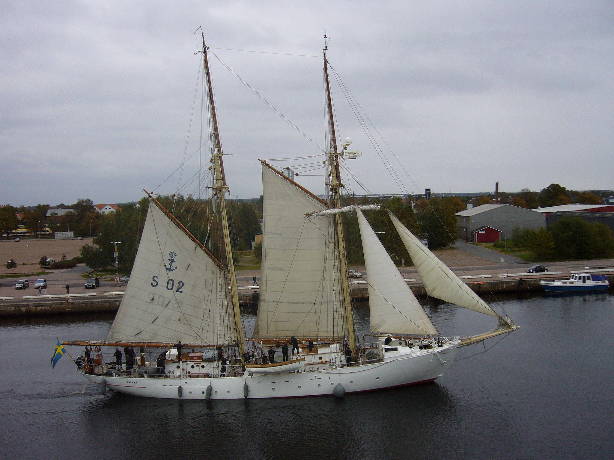 2048px-HMS_Falken_01